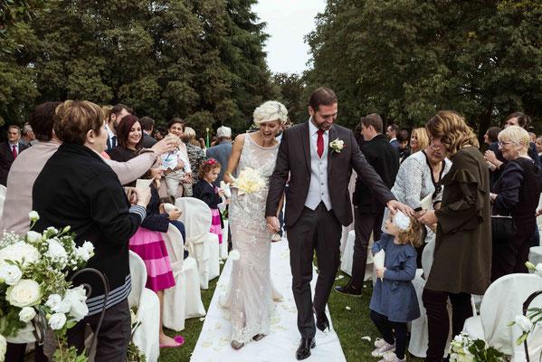 Gli sposi dopo il rito civile in giardino