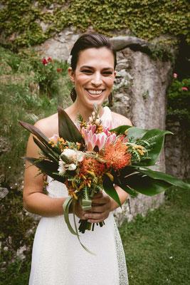 Ritratto della sposa con bouquet