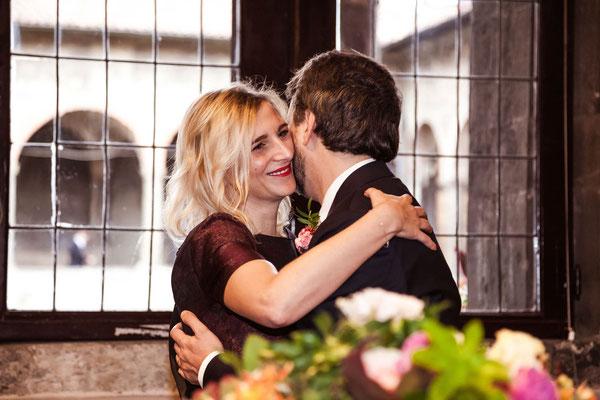 Abbraccio tra lo sposo e la testimone della sposa