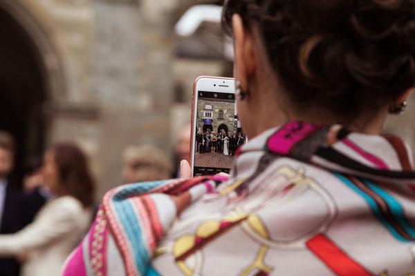 Un'invitata scatta una foto di gruppo col cellulare