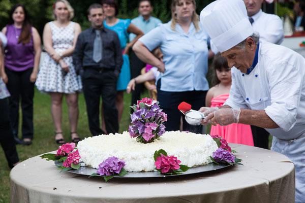 La preparazione della torta nuziale