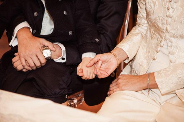 Le mani degli sposi e del figlio