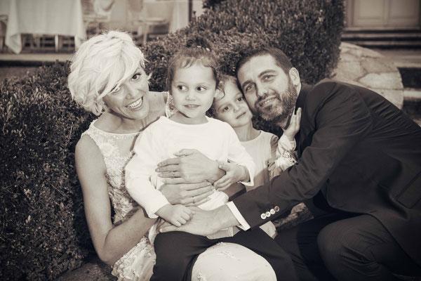 Coppia di sposi con le figlie