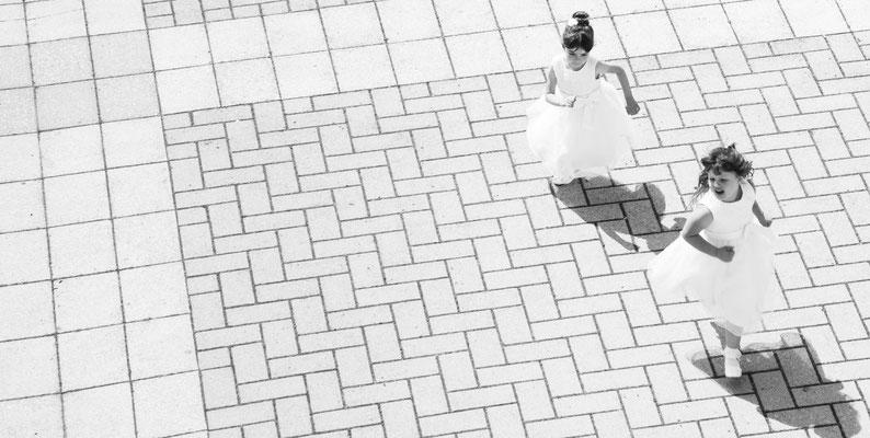 Una piccola damigella attende la sposa