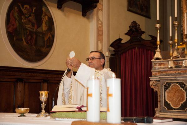Il prete celebra il matrimonio