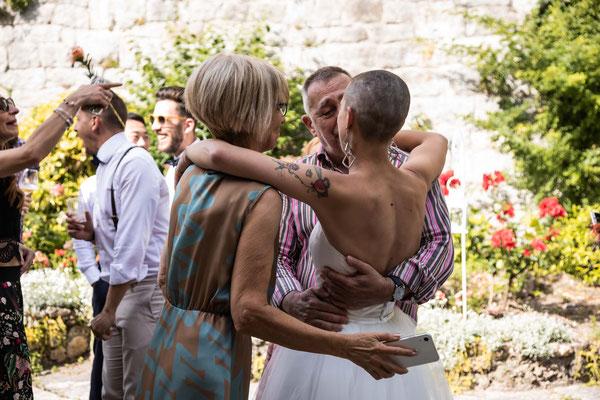 Abbraccio tra la sposa e i suoi genitori