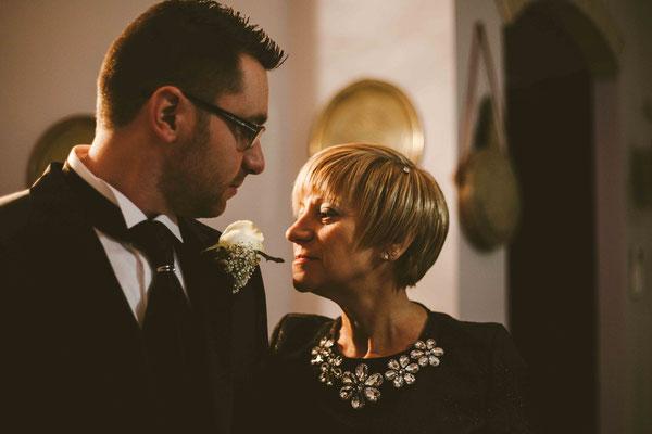 Lo sposo con la madre