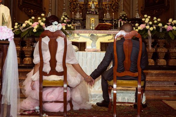 Gli sposi si tengono per mano durante il matrimonio