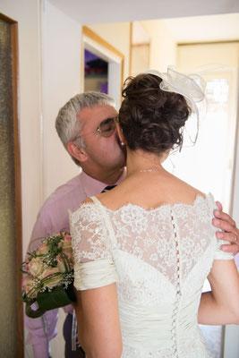 Il bacio del padre alla figlia