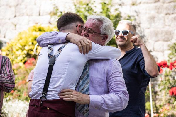 Abbraccio dello sposo al padre