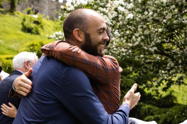 Abbraccio dello sposo al fratello