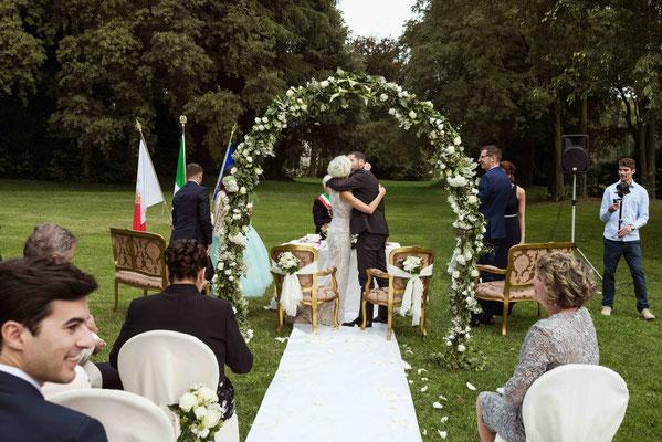 Bacio degli sposi nel giardino di Villa Cavenago a Trezzo sull'Adda