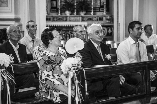 Gli invitati in chiesa