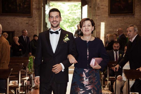 L'entrata dello sposo in chiesa con la madre