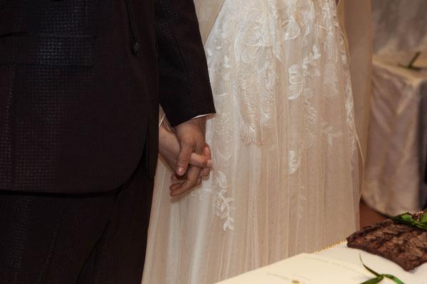 Gli sposi si tengono per mano