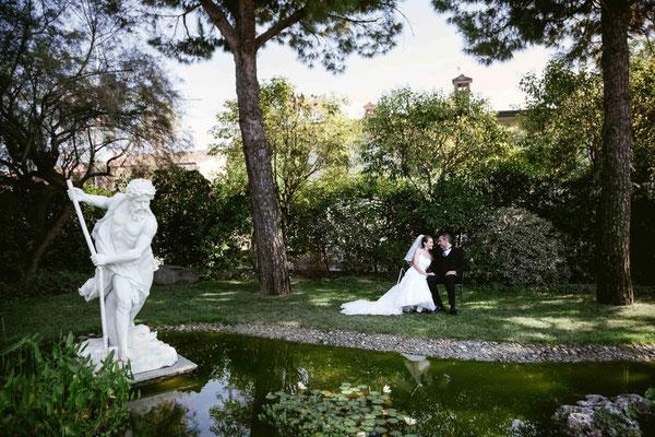 Ritratto degli sposi in giardino