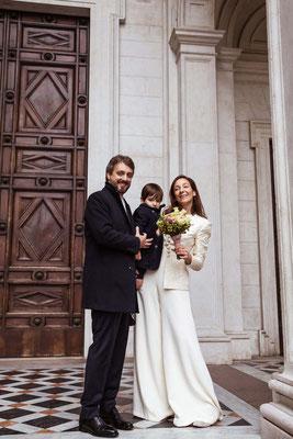 Ritratto di famiglia con gli sposi e il figlio