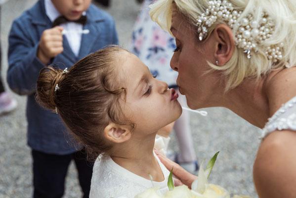 Bacio tra la sposa e la figlia