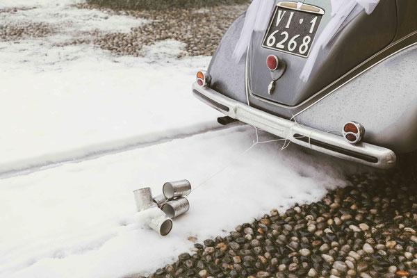 Dettaglio dell'auto degli sposi con la neve