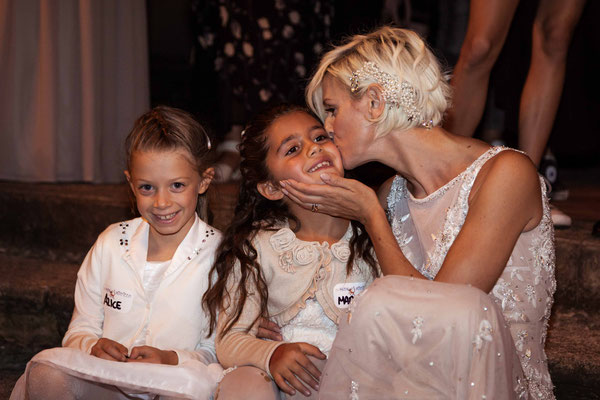 La sposa bacia una piccola invitata
