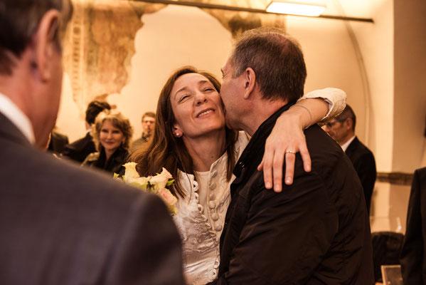 Abbracci tra la sposa e gli invitati