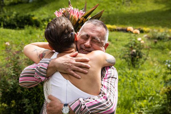 Abbraccio della sposa al padre