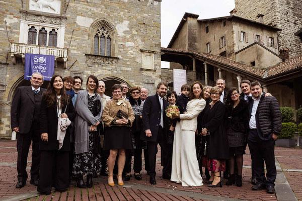 Foto di gruppo degli sposi con gli invitati