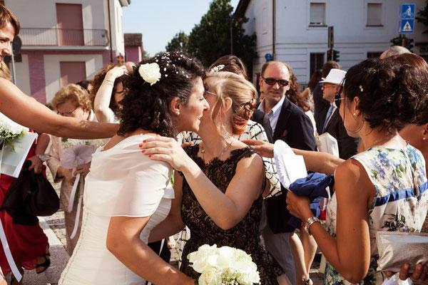 I saluti degli invitati agli sposi