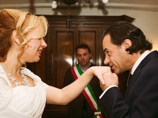 Il baciamano dello sposo
