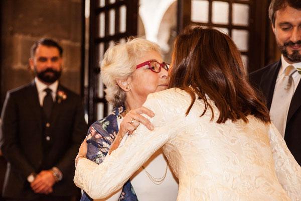 Abbraccio tra la sposa e la futura suocera