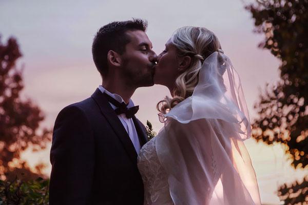 Bacio degli sposi al tramonto
