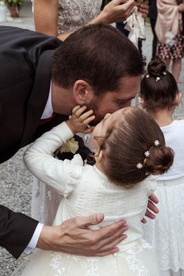 Lo sposo bacia la figlia