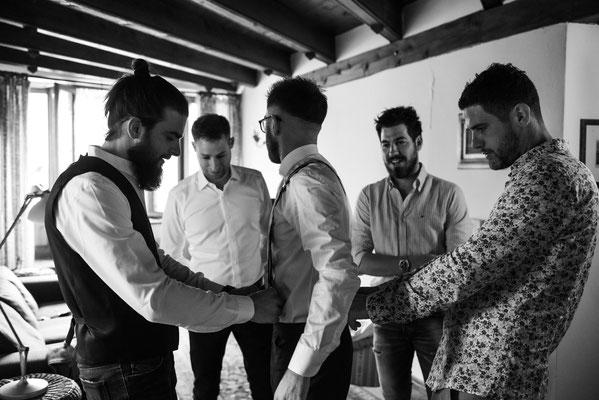 Preparazione dello sposo con amici