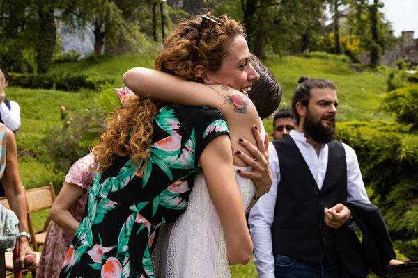 Abbraccio della sposa ad un'amica