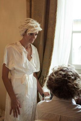 Preparazione della sposa con la madre