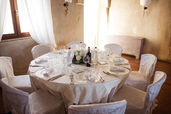 Tavolo imbastito per il ricevimento al ristorante