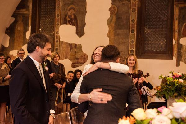 Abbraccio tra la sposa e il testimone
