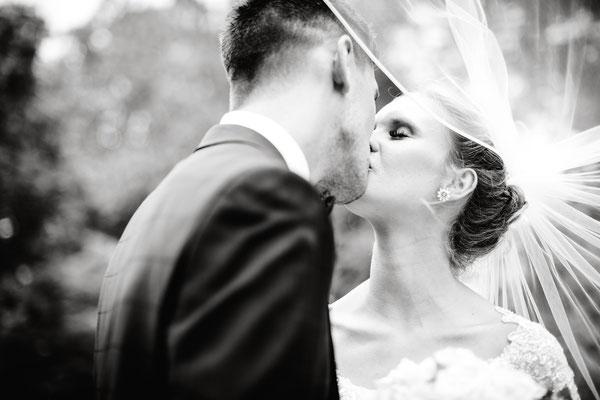 Hochzeitspaar beim Fotoshooting im Stadtpark in Peine