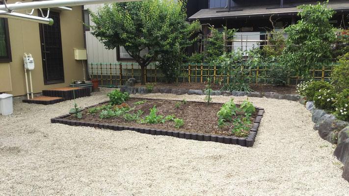K邸、勝手口、畑回りの土留めの取替と四ツ目垣の設置