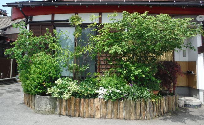 狭いスペースですが、国道沿いの目隠しを兼ねて。花壇は六方石で作りました。