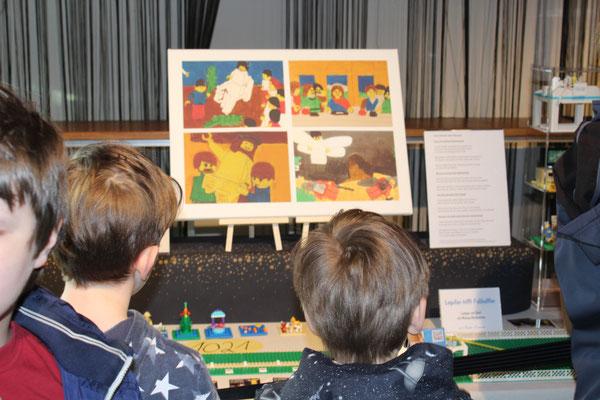 Kinder vor den Legobibel-Gemälden