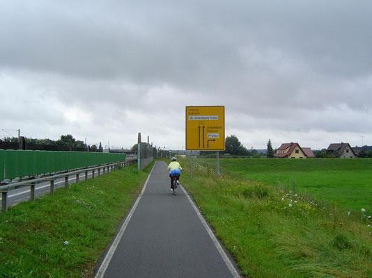 Wir verlieren den angeblichen Elberadweg aus den Augen, glauben allerdings aufgrund der vorhandenen Beschilderung (R1, R4, R2) lange, auf selbigem zu sein.
