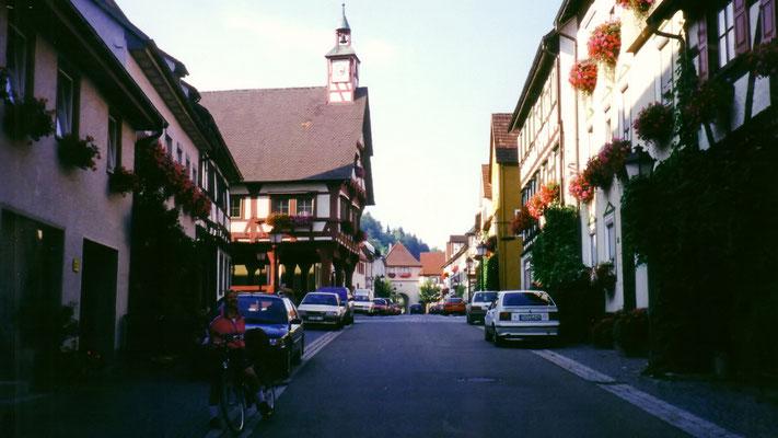 Ein kleiner Stadtbummel in Mühlheim zeigt überall niedliche, freundliche, blumengeschmückte Häuser, Winkel und Treppen.