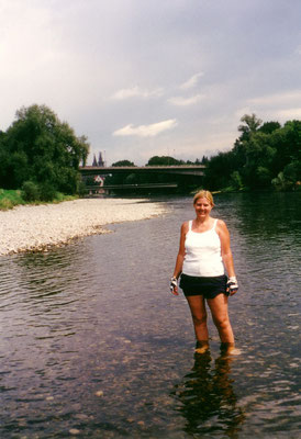 Kurz hinter Erbach erblicken wir erstmals das Ulmer Münster in der Ferne. Christine hat Lust, in die Donau zu steigen