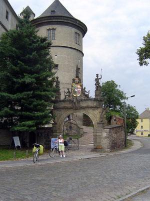 Wir verlassen das Schloss durch ein mächtiges Portal zum Elbeufer hin.