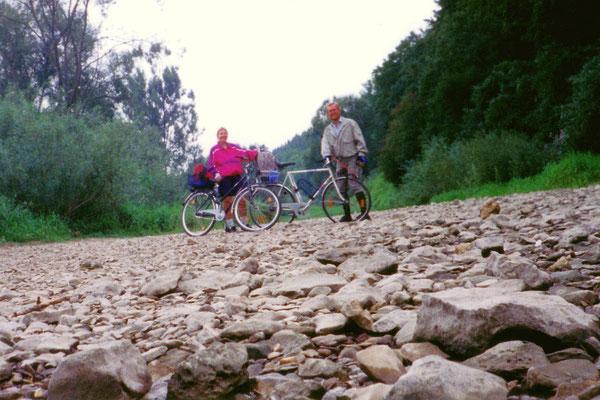 Nach ca. 2 km erreichen wir die Stelle, wo es mit der Donau ganz aus ist - nur noch Kies und Geröll füllen das Flussbett