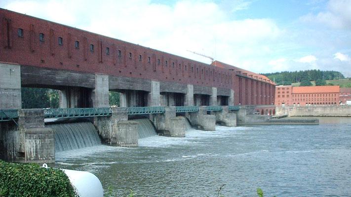 Bald kommen wir an das Kraftwerk Kachel, wo wir die Donau überqueren.