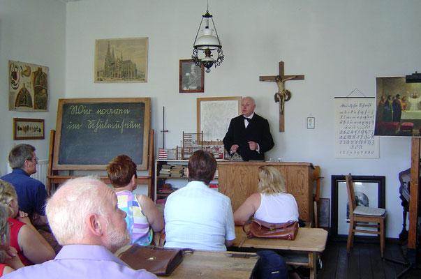 Glücklicherweise hatte es gerade geöffnet, und der ehem. Rektor gab Unterricht wie vor 100 Jahren.
