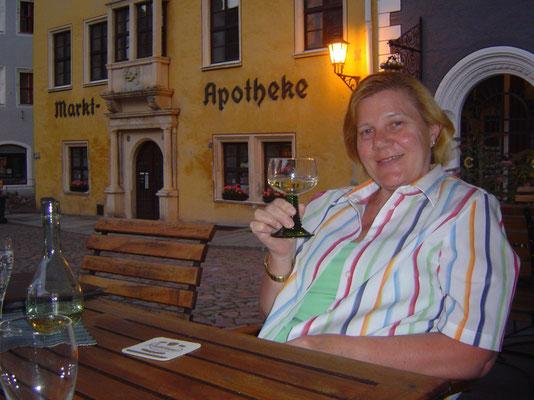 Den Abend verbringen wir auf dem Podium vor dem Hotel