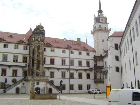 Das Schloss gilt als bedeutendstes noch erhaltenes Schloss der Frührenaissance in Deutschland. Besonders auffällig ist der Große Wendelstein, das außen liegende Treppenhaus des Schlosses.
